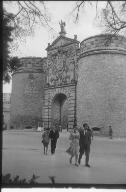 Puerta de Bisagra en 1959. Fotografía de Santos Yubero © Archivo Regional de la Comunidad de Madrid, fondo fotográfico