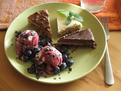 Heidelbeersahneeis mit frischen Heidelbeeren und Schokoraspeln zu Mandeltorte mit Daim, Philadelphia Cheesecake und Dunkle Schokoladentorte (von Almondy)