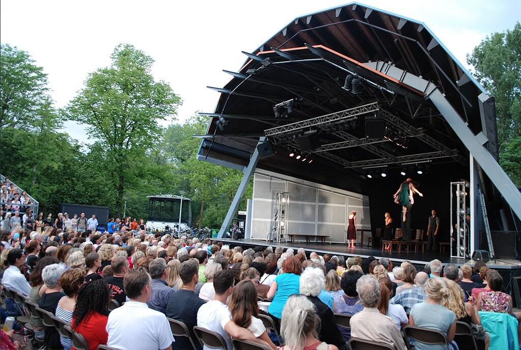 Spectacle au théâtre en plein air du Vondelpark d'Amsterdam.