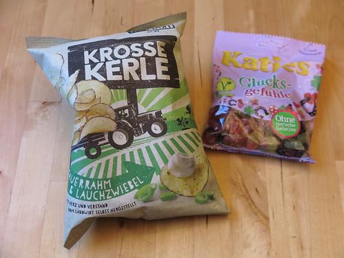 Chips Krosse Kerle Sauerrahm & Lauchzwiebel (von HeimArt) und vegane Glücksgefühle (von Katjes)