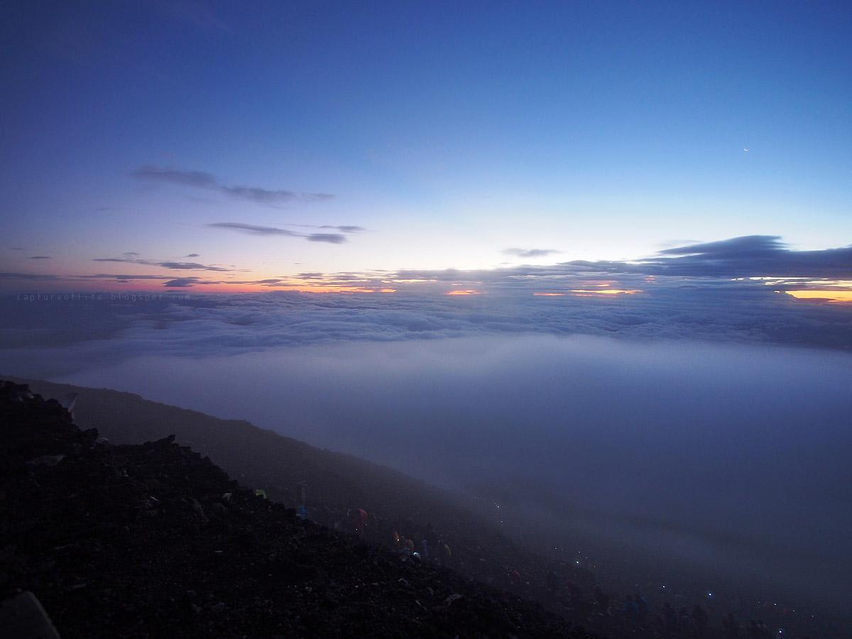 天開始亮, 還在不斷上山的人們
