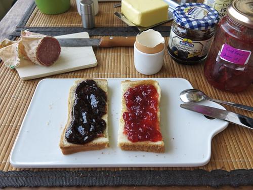 Toast mit Pflaumenmus und Erdbeermarmelade