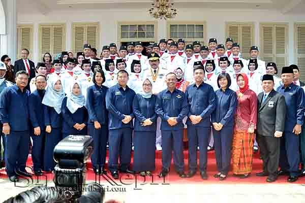 Gubernur Kepri beserta Istri foto bersama Anggota Paskibraka Kepri, Pelatih dan Panitia Kegiatan.