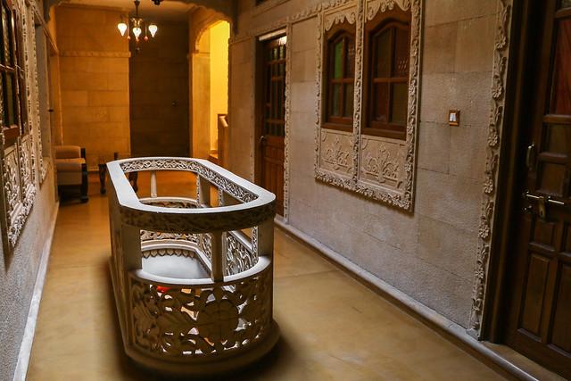 Nicely decorated corridor in Hotel Pleasant Haveli, Jaisalmer, India ジャイサルメール、ホテル・プレザント・ハヴェリの趣ある廊下