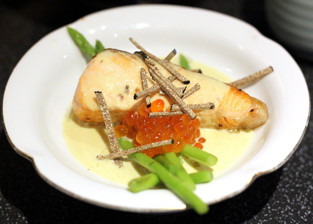 bistro-du-le-pin-asparagus-with-salmon-roe-truffle