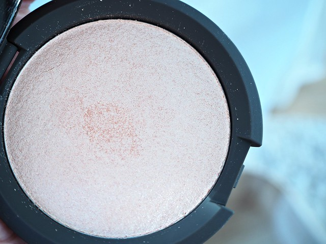 beccachampagnepophighlightP2278442,beccajaclynhillhighlightpressedpowderstrobingP2278425, becca cosmetics, makeup, beauty, shopping, cosmetic, korostuspuuteri, highlighter, product, the best, paras,hohdepuuteri, spaceNK, Becca, Jaclyn Hill, Champagne Pop, highlighting powder, shimmering skin perfector, kauneus, meikit, kosmetiikka, vinkit, wink, tips, makeup shopping, ostokset, arvio, review, how to apply, miten levittää, sephora,Soft white gold w/ pinky peach undertones.