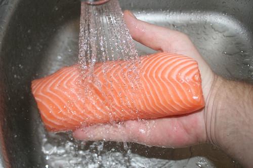 25 - Lachsfilet waschen / Wash salmon filet