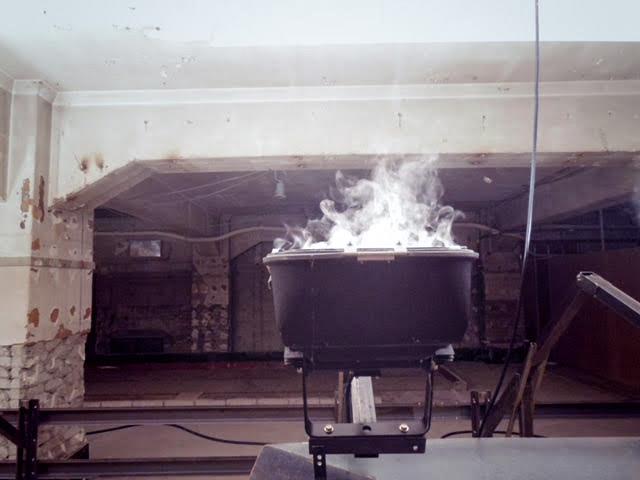 端聡《液体は熱エネルギーにより気体となり、冷えて液体に戻る。そうあるべきだ。》水滴が一瞬にして気体に変化している