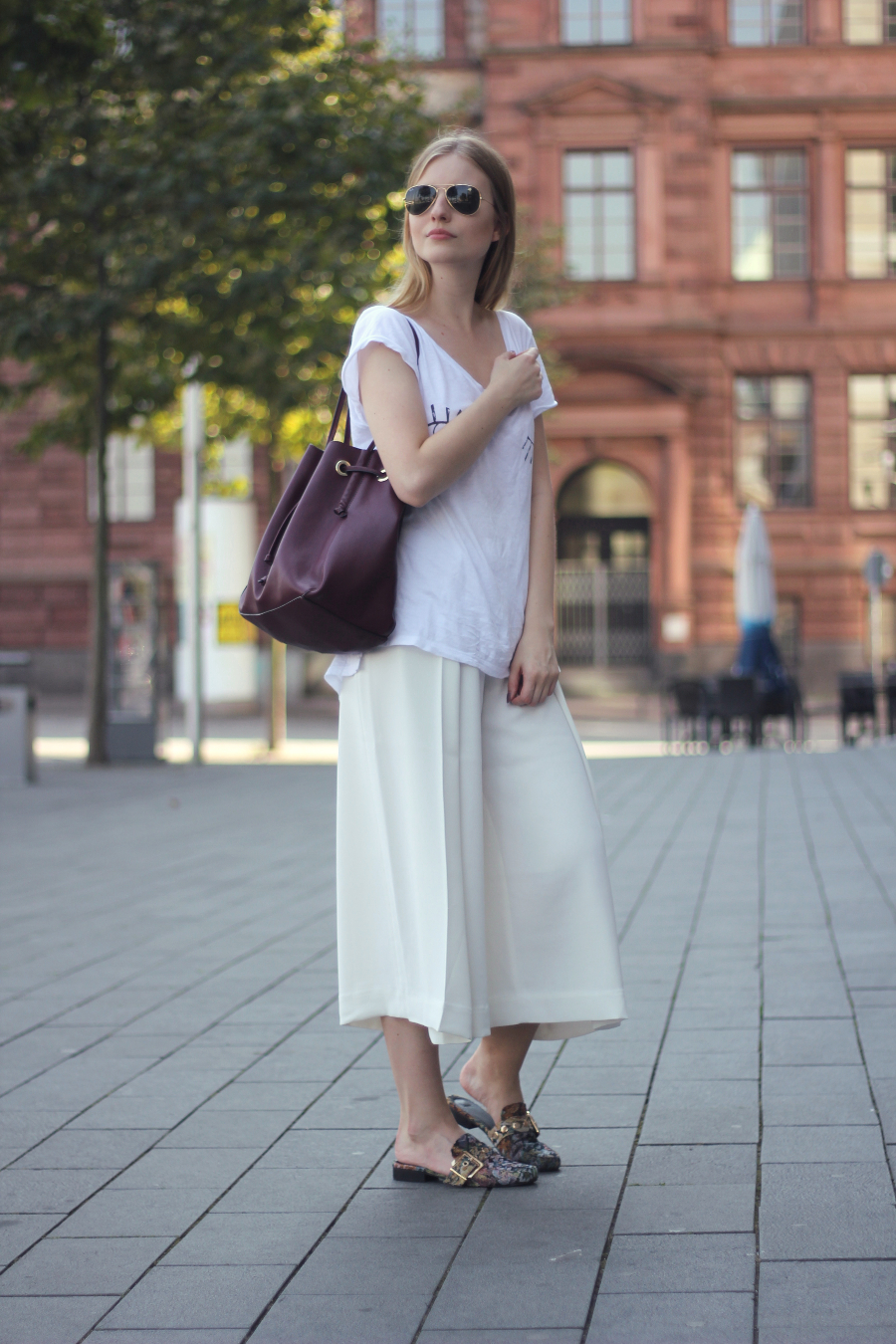 outfit weisse culotte zwinker tshirt rote zara tasche gold asos slipper ray ban aviator