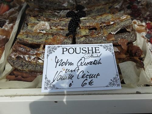 Preisschild an der Auslage des Standes des Strudelhauses Poushe