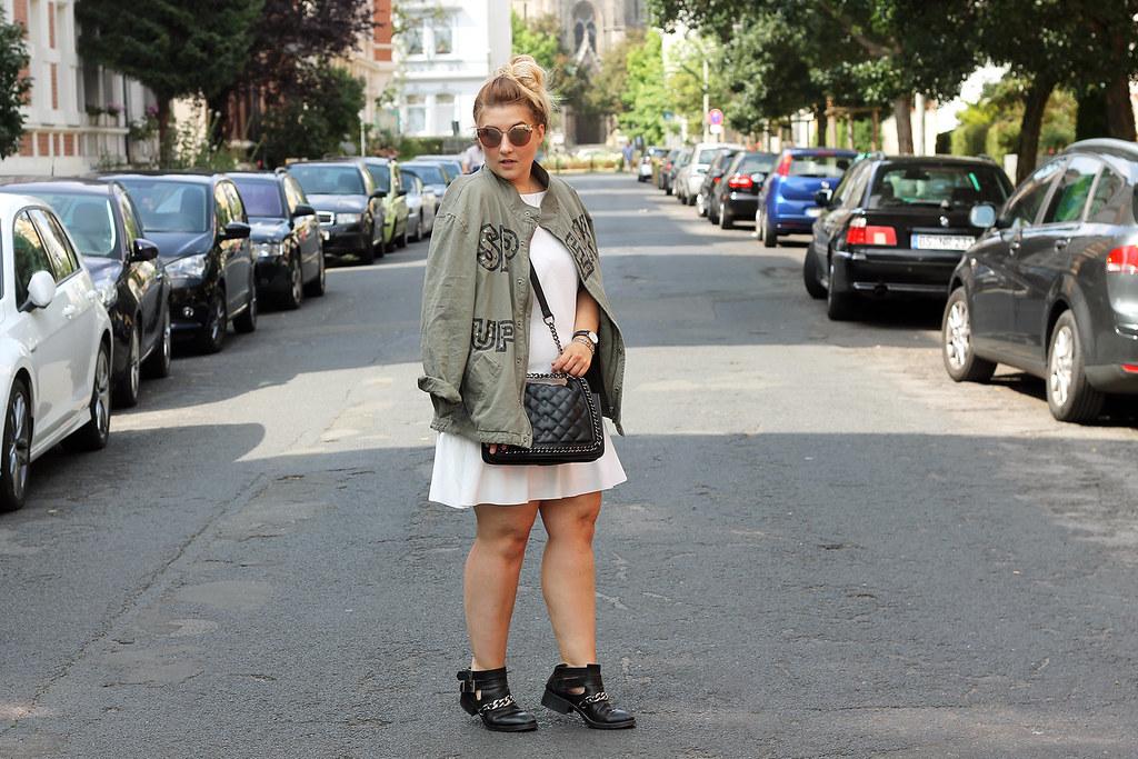 outfit-zara-jacke-military-trend-sommer-look-fashionblog-modeblog-kleid-wieiß-boots1