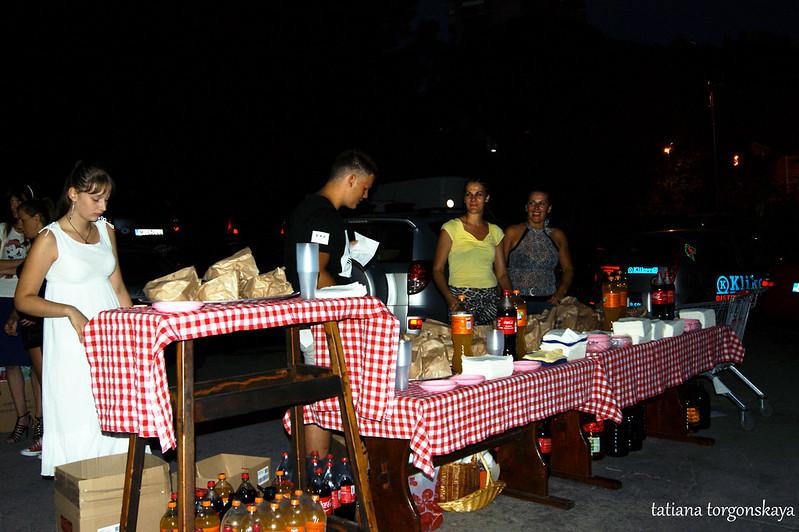 Стол с угощениями на третьем летнем фестивале Топлы