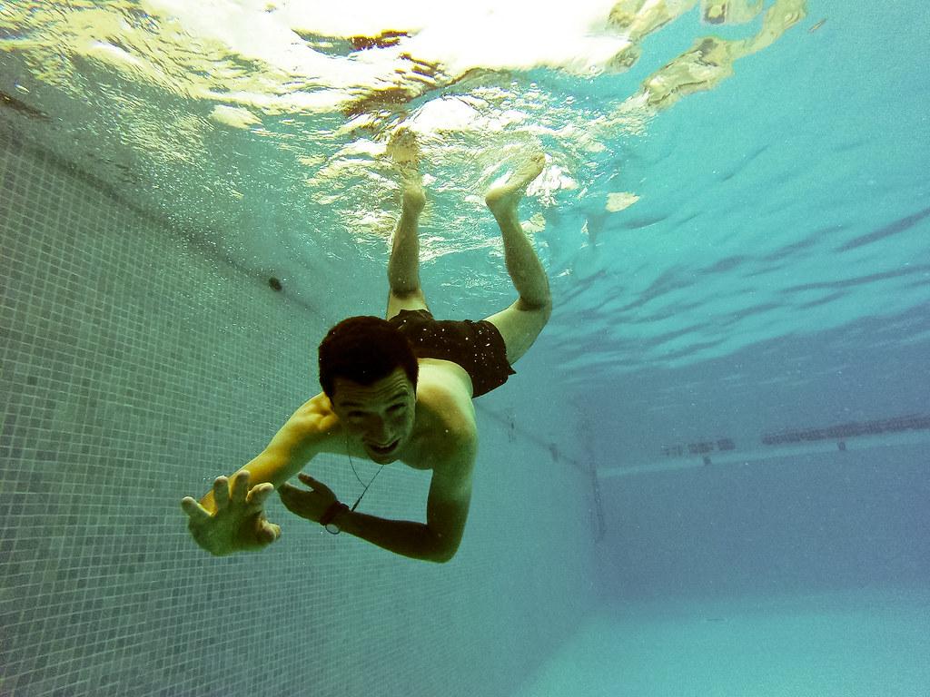 Poco la gopro abajo del agua blse for Desnudas en la piscina
