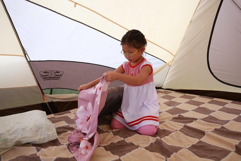 寶妹幫忙裝枕套