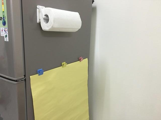 冰箱右邊放了廚房紙巾,以及打算讓鹿鹿畫畫的壁報紙