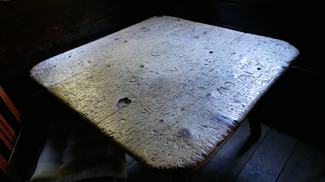 Dieser Tisch kann Geschichten erzählen.
