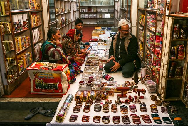 A bangle shop in the bazaar, Jaipur, India ジャイプール、バザールのバングル屋