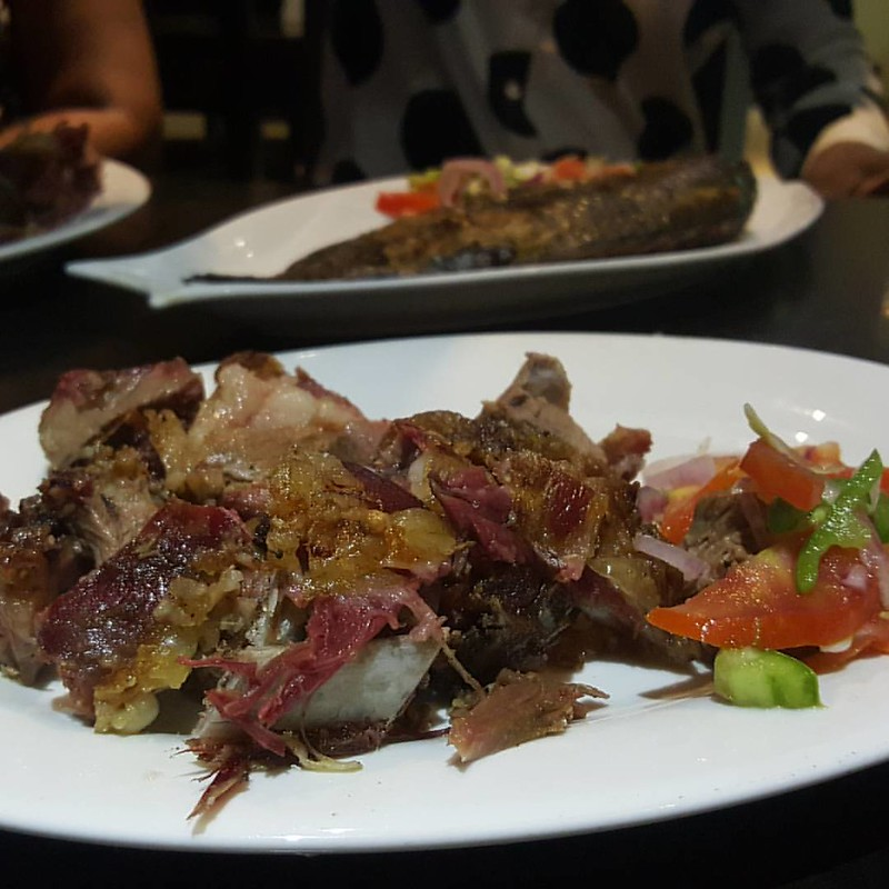 Dinner- Nyama Choma/ Barbecued goat meat with Kachumbari, tomato salad #dinnerindar #breakpoint #kitchenbutterfly #travelnoire #daressalaam #travelinAfrica