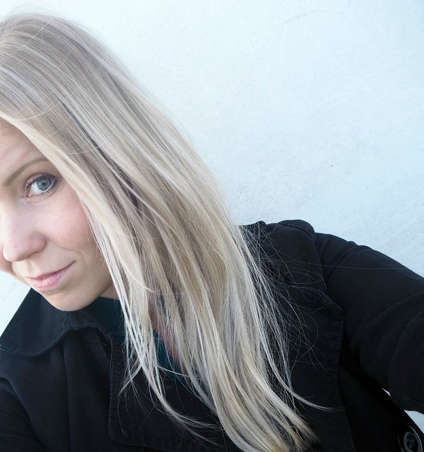 vaaleathiuksetraidatP712941122, blonde hair, blond hair, hiukset, hair, beauty, kauneus, hair styling, hiustenmuotoilu, salonki, kampaamo, raidat, vaaleat raidat, blonde higlights, babyhighlights, icy blonde hair, highlights, raidat, cold hair color, natural looking hair, tiny highlights, hairstylist visit, helsinki, finland, blond girl,