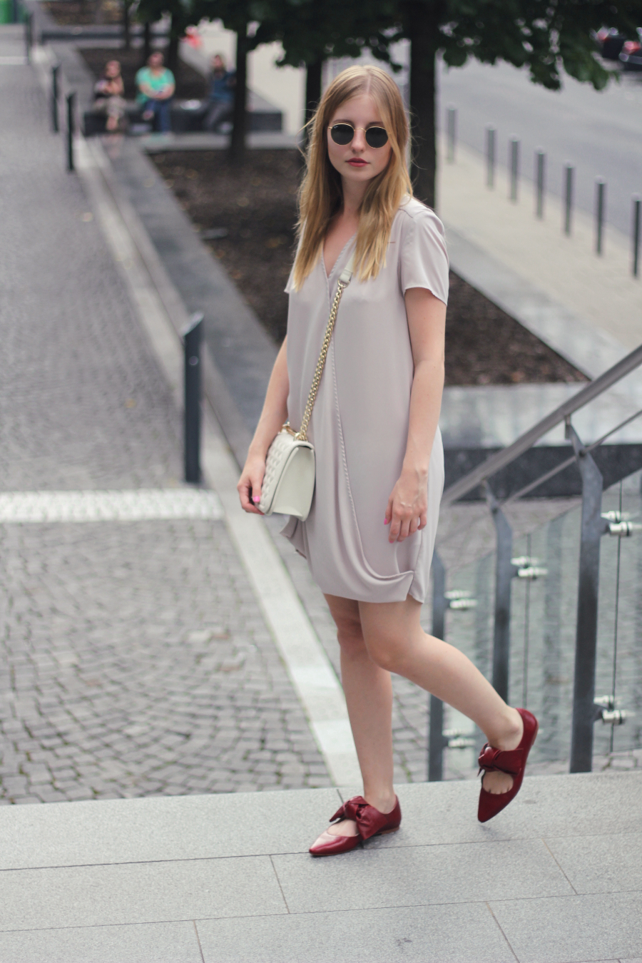 outfit german fashionblog sarah wide dress wrap chain bag red bow ballerina shoes