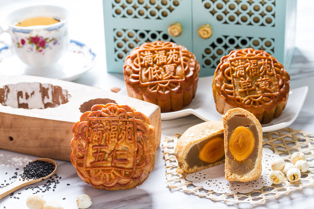 Intercontinental Singapore Mooncakes 2016 - Baked Mooncake with Macadamia Nuts and Low Sugar White Lotus Paste and Baked Mooncake with Assorted Nuts
