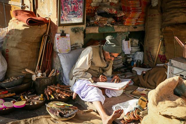 A shopkeeper in bazaar, Jaipur, India ジャイプール、バザールの一角にあったいい感じの店