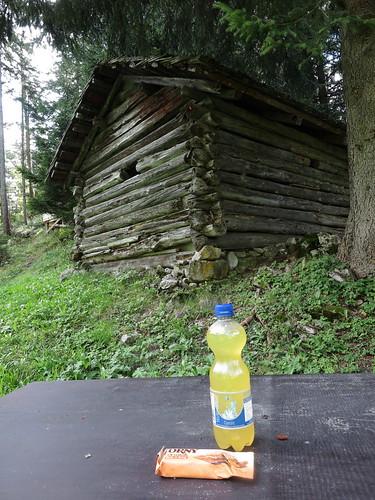 Kraneburger mit Multivitamintablette und Müsliriegel bei Rast an den Heuställen von Alpelti (1440 m.ü.M, in Liechtenstein)