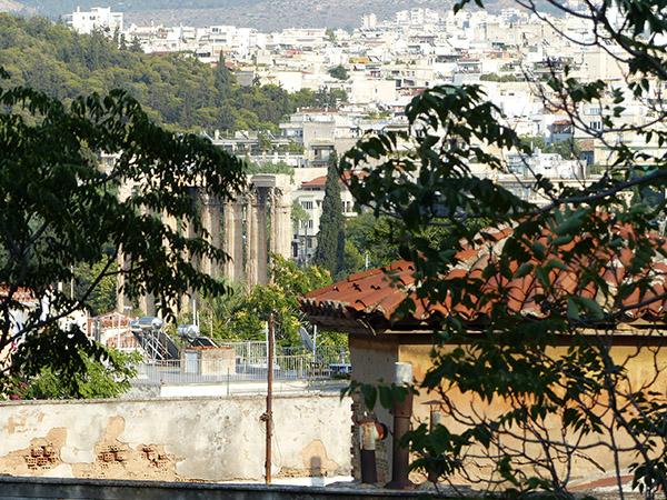 au loin, le temple de Zeus Appolon