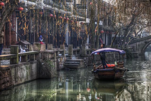 周荘鎮の船頭さん Boatwoman in Zhouzhuang