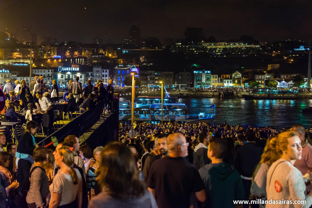 El paseo da Ribeira, lleno hasta la bandera antes de los fuegos artificiales