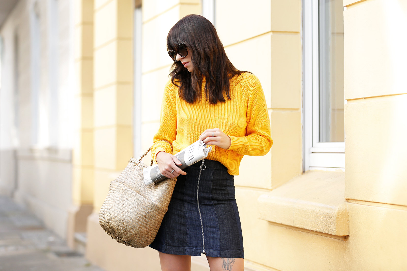 ootd outfit yellow knit turtleneck mini skirt basket jane birkin francoise hardy inspired french icons parisienne style bangs brunette céline audrey sunglasses cats & dogs fashion blog ricarda schernus modeblog fashionblogger germany berlin 5