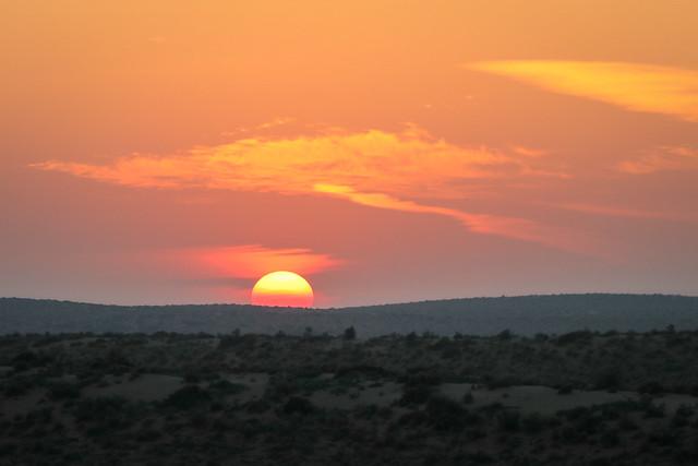 Sunset seen from the desert, Jaisalmer, India ジャイサルメール、砂漠ツアーでの日没