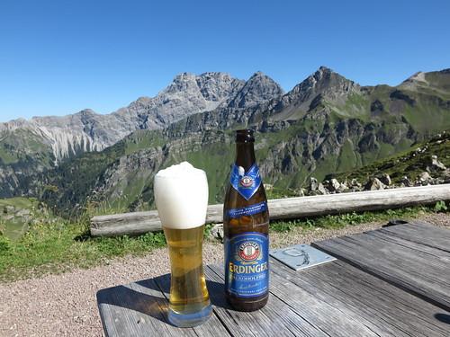 Erdinger Weizen (alkoholfrei) auf der Pfälzerhütte (Grenze zwischen Liechtenstein und Österreich)
