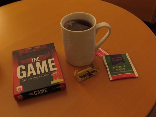 """Pfefferminztee zum Spiel """"The Game"""" auf unserem Zimmer im Hotel Schatzmann (Triesen, Liechtenstein)"""