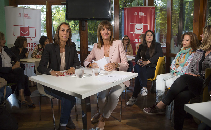 Idoia Mendia y Natalia Rojo se reúnen con un grupo de mujeres en Vitoria-Gasteiz