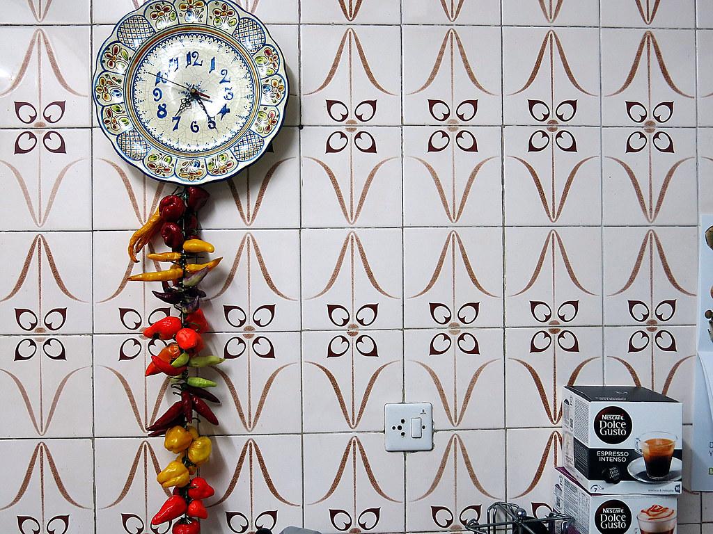 el reloj de la cocina con guindillas en ristra