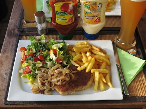 """""""Schni-Po-Sa"""" (= Panierte Schnitzel mit Pommes Frites und gemischtem Salat) plus Zwiebeln"""