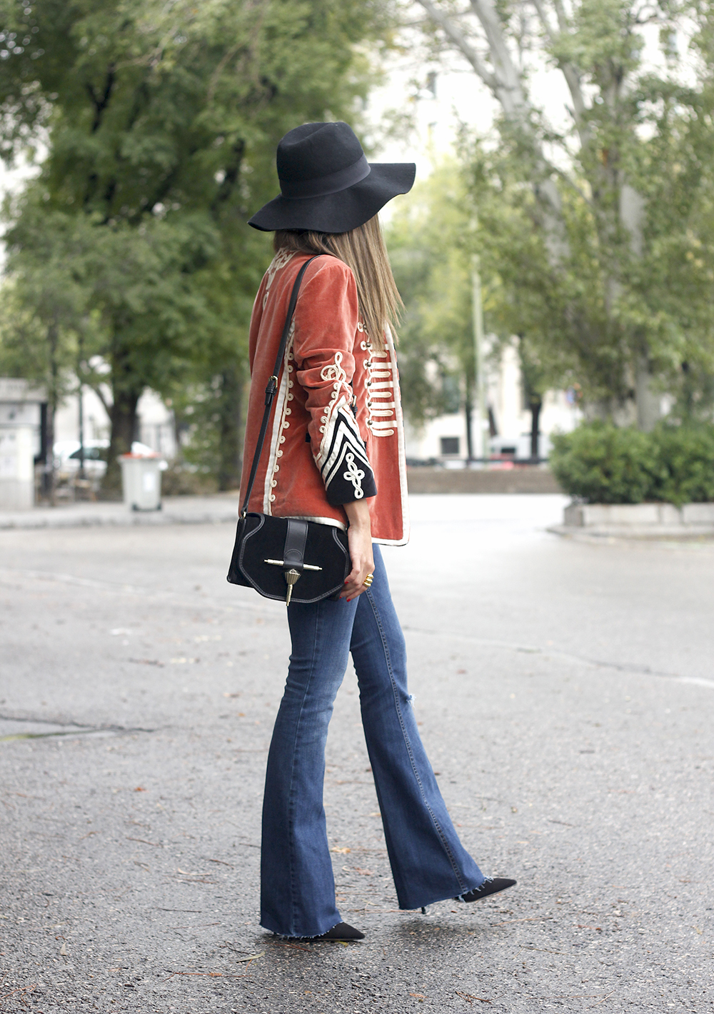 velvet jacket jeans hat rainny day heels accessories outfit style fashion01