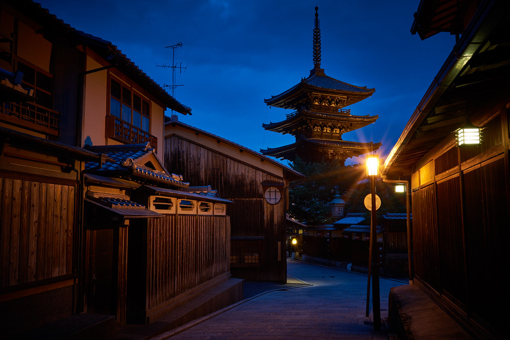 Yasaka Pagoda at night 夜の八坂の塔