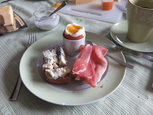 Saint Agur und Rohschinken auf Roggenbrötchen zum Frühstücksei