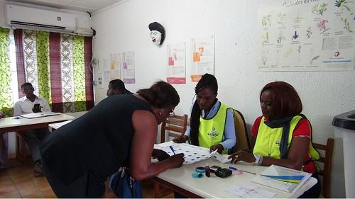 Une électrice signant la fiche après son vote