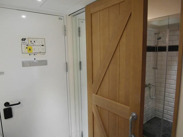 躲在門片後頭的穿衣鏡@雀客旅館CHECK INN