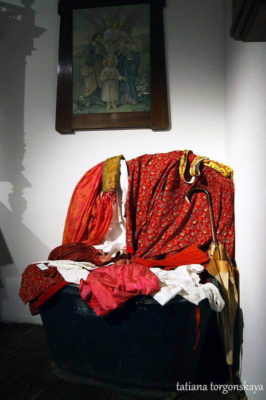 Сундук с одеждой и тканями