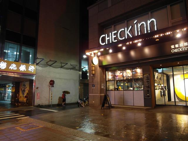 從捷運行天宮站三號出口出來,路過隔壁彰化銀行、過個巷子,就到雀客旅館了@雀客旅館CHECK INN