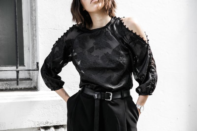 all black outfit inspo minimal fashion blogger modern legacy loafer mules karen millen shoulder blouse (8 of 9)