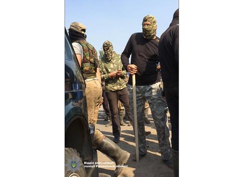 Бурштинокопачі виганяють поліцейських із Сарненщини