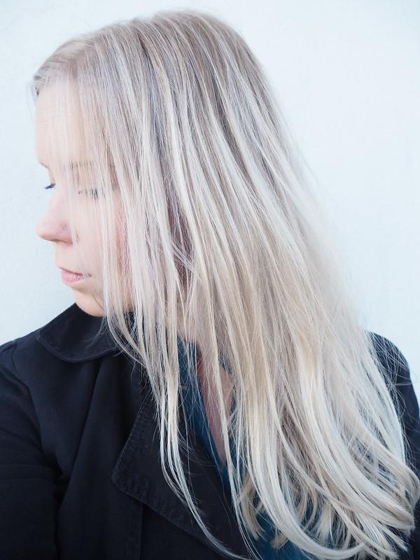 IcyBlondeP7129420, babylights, highlights, hair styling, hiusten muotoilu, hiusten värjäys, raidoitus, raidat, stripes, highlighting, vaaleat hiukset, blonde, blond, blonde color, pitkät hiukset, long hair, icy blonde, jäinen vaalea, vauva raidat, ohuet hennot pikkuruiset raidat hiuksiin, beauty, kauneus, kokemus, arvio, review, hiukset, hair, hair talk, beauty talk, hair style, hius tyyli, hair term, hiustermi,