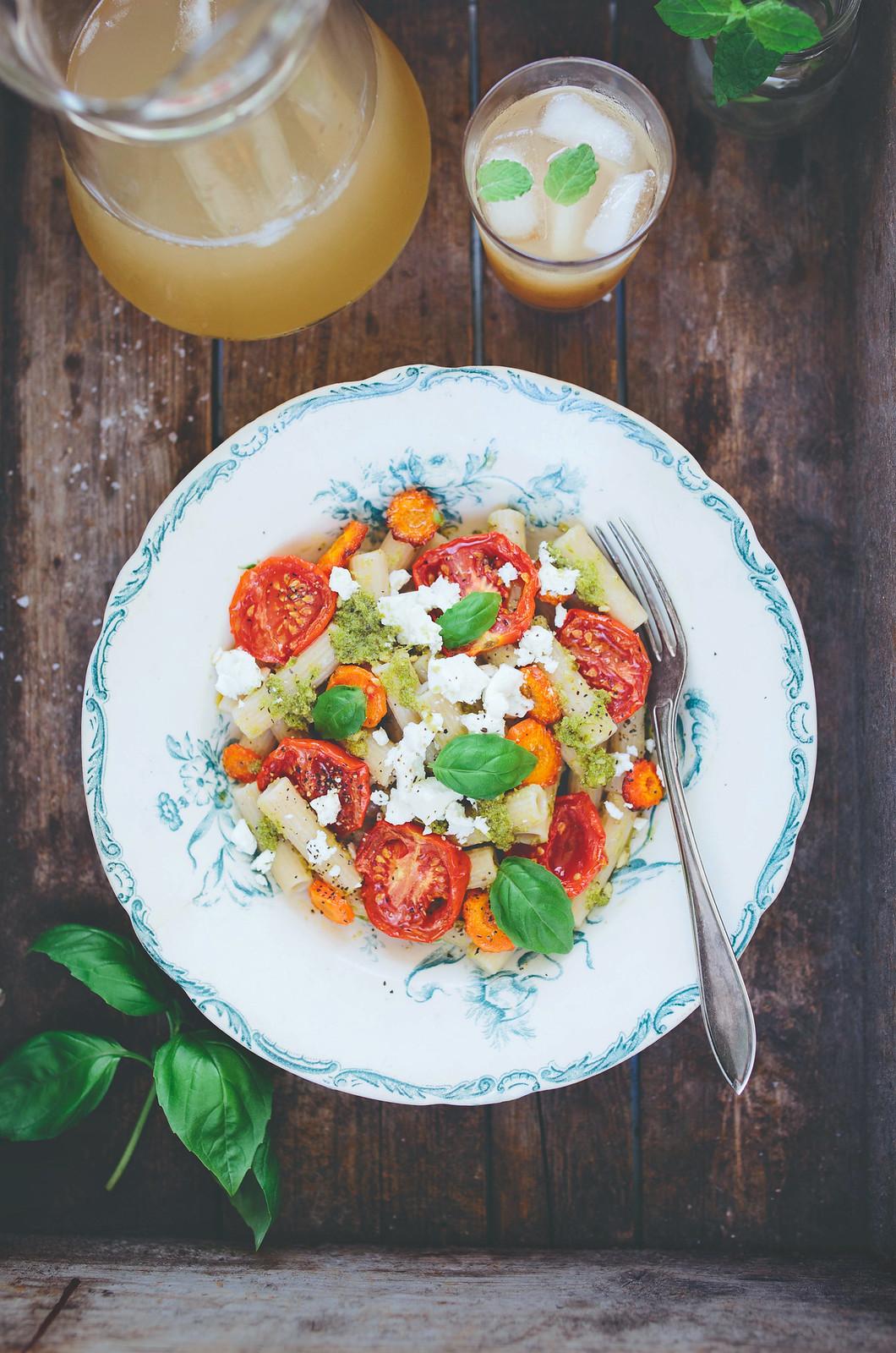 Pasta med ugnsrostade Tomater & Morötter + Pesto & Fetaost - Evelinas Ekologiska