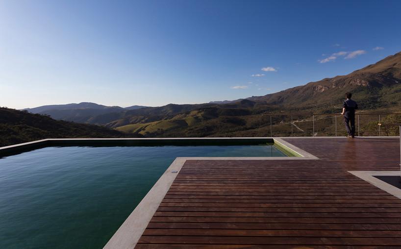 Терраса и бассейн на крыше частного дома от Vazio S/A