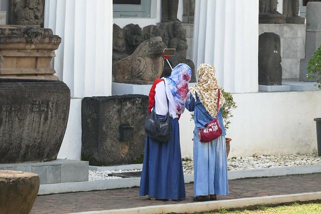 ヒジャブ(イスラム教の女性が着用する頭髪を隠すスカーフのような布)を着こなす女性たち。